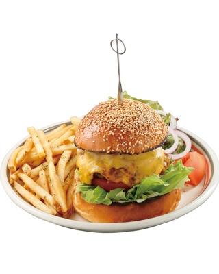 チェダーチーズ2枚のリッチな風味が味わえる「ダブルチーズバーガー」(1300円)もおすすめ / MEIHOKU Burger