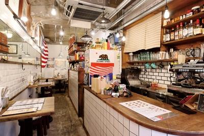 アメリカンな雰囲気の店内。「スタンダードバーガー」(900円)など、常時14種類がラインナップ / MEIHOKU Burger