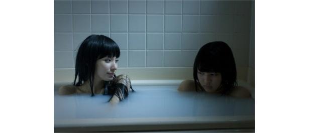 荒井萌が演じる妹の月子(右)と仲良く入浴中?