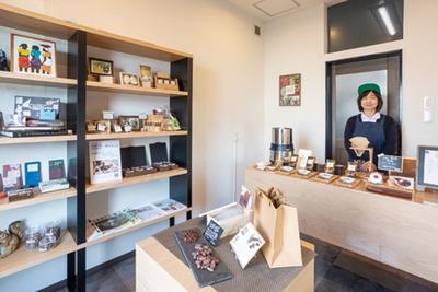 福岡県宗像市「UMEYA BRAINERY」。明太子店が情熱を注ぐカカオの個性が生きたチョコが並ぶ