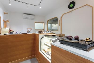 福岡県糸島市「ANALOG CRAFT CHOCOLATE」。気軽につまめるコインチョコと洋菓子の技が詰まったスイーツを出す