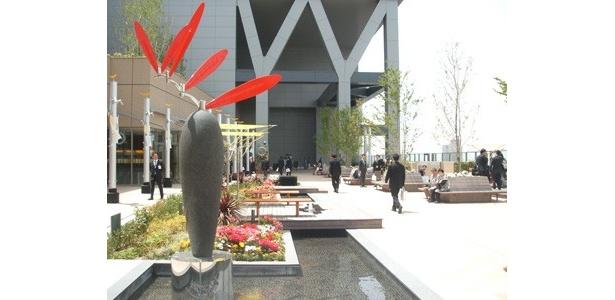 「風の広場」はノースゲートビル11階に位置。川、噴水、風のモニュメントに癒されよう