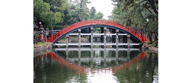 神様が渡る橋とされている太鼓橋