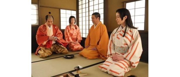 利休(石坂浩二)の茶室に茶々らを呼び出した秀吉は、自らを罰するために好きな茶を断っていたと話す