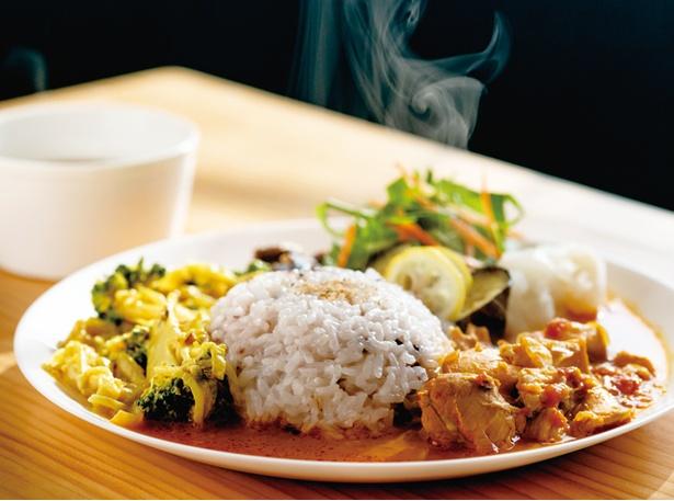 """ごはんや とんちゃん / 総菜と味わい深いスープが付く「スパイスカレープレート」(800円・税込)。""""チキン""""と""""季節野菜""""など、2種のカレーを合いがけ"""