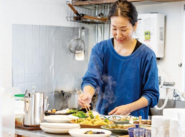 ごはんや とんちゃん / 入口のそばに台所があり、店主の森 綾乃さんが温かく迎える