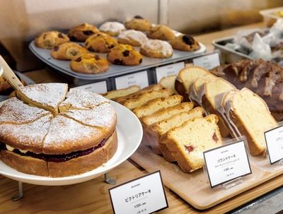 ON SUGAR / 菓子は併設の厨房で焼き、ショーケースへと運ばれる