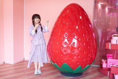 """【写真】エントランスにある""""超巨大いちご""""と記念撮影"""