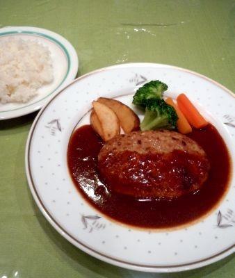 浅草の老舗レストラン「浅草Bell」(東京・台東区)にて90円で提供される昔ながらのハンバーグ