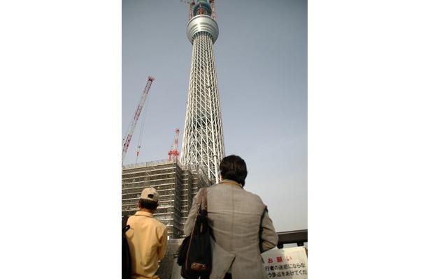 3月に完成時の高さである634mに到達した東京スカイツリー。見物客が集まる東武橋では、間近で見るスカイツリーの迫力に、大きな歓声が上がっていた