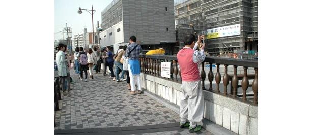 16時ころの東武橋。ピーク時には歩道を埋め尽くすほど混雑するという
