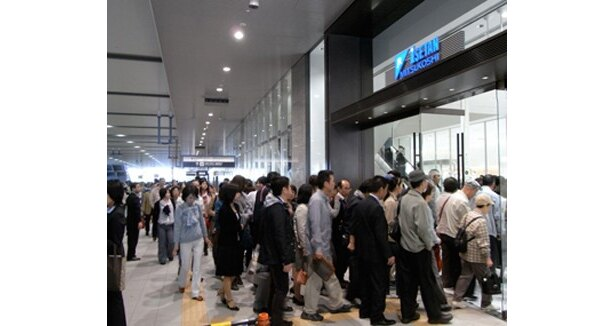 オープンと同時に「JR大阪三越伊勢丹」へ大勢の買い物客が入っていく(1階入口)