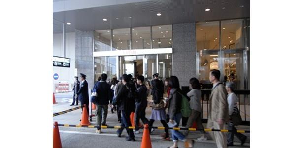 「LUCUA」へと入っていく買い物客も列を成す(1階入口)