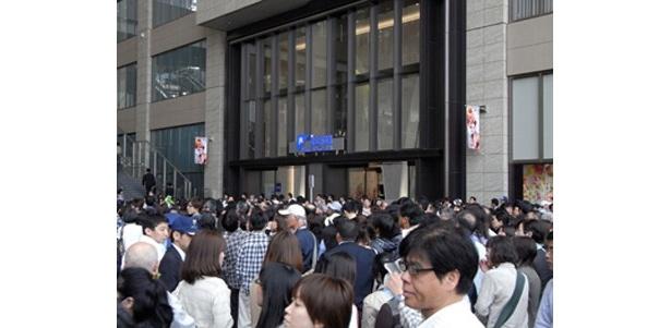「JR大阪三越伊勢丹」の2階エントランス付近の混雑風景