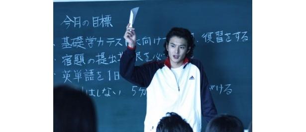 教師役で出演した岡田将生。『雷桜』の主演も務めている