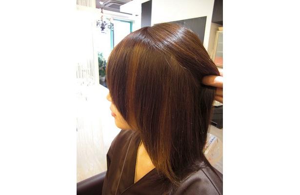 """流行間近のセレブヘアー""""カスケードカラー""""。表面の髪を上げると、筋状に色が付いている"""