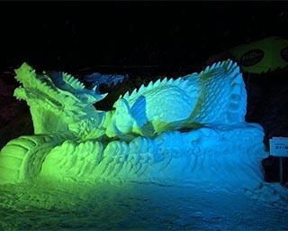 幻想的にライトアップされる雪像