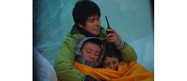 【写真をもっと見る】小栗旬扮する島崎三歩の決死の救助シーンに感動!