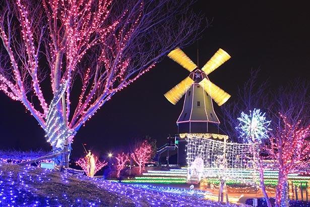 【写真】風車の羽が回転しながら点灯する「風車イルミネーション」は必見
