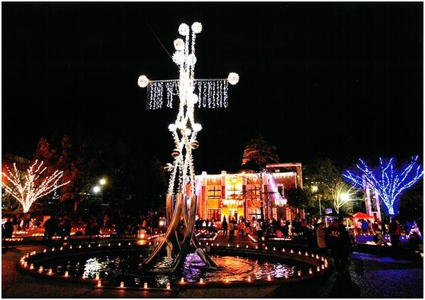 【写真】シンボルの噴水も電飾で彩られる
