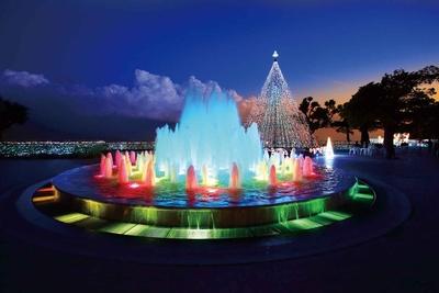 「ファンタジーガーデン」の七色に変わる噴水、優しいシアン&ブルーカラーに包まれた高さ10mのメインツリー