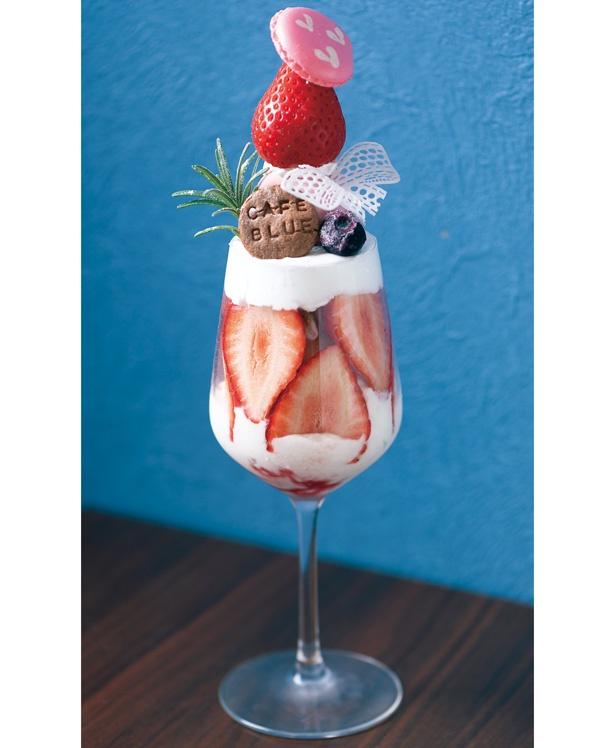 【写真を見る】大粒イチゴを5個も使った贅沢パフェ!「たっぷり苺と杏仁のパフェ」(税込 1380円) /「Cafe Blue」
