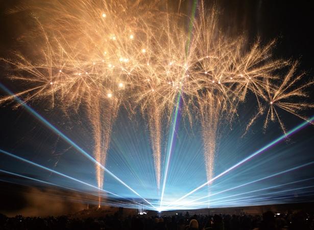 平尾台ふゆはなび / 音楽やレーザー光線と一緒に、花火が打ち上げられる