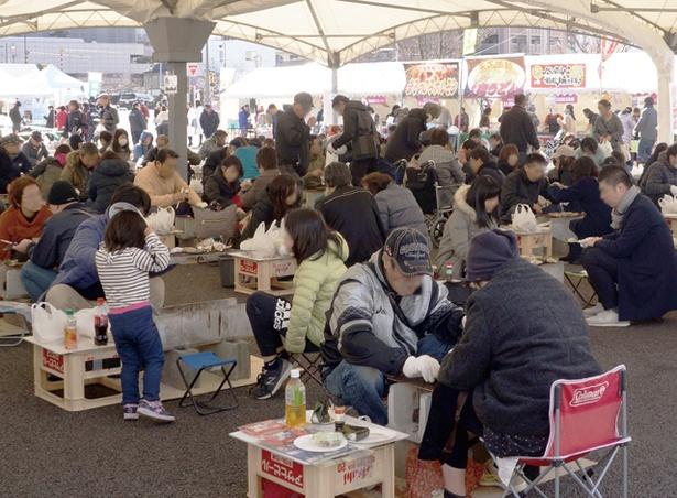 「豊前海一粒かき」のかき焼き祭り / 会場に約200台の焼き台を設置