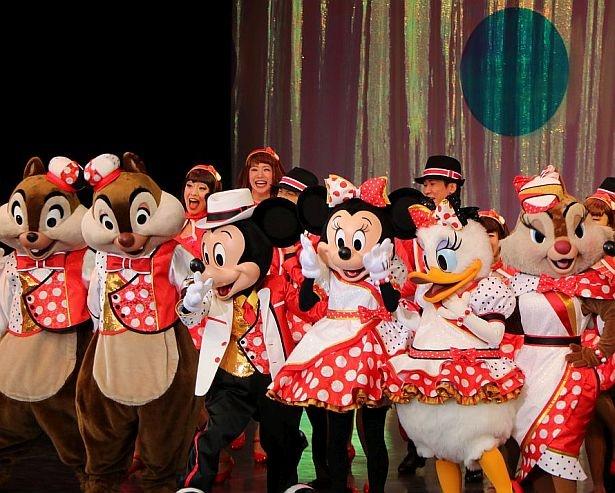 新しいコスチュームのミニーマウスやディズニーの仲間たちが集合
