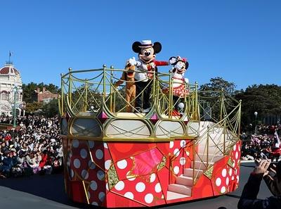 【写真で見るパレード】ミニーマウス・ミッキーマウスはドット柄フロートに乗って登場!