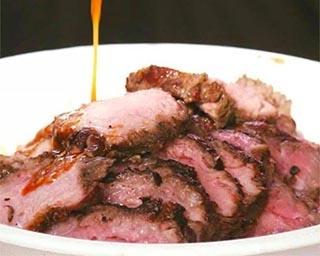 濃厚な旨味の神戸牛カルビ丼は外せない