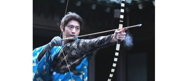 【写真】竹千代(後の秀忠)は真剣な眼差しで初陣のため矢の練習をする(6月12日放送)