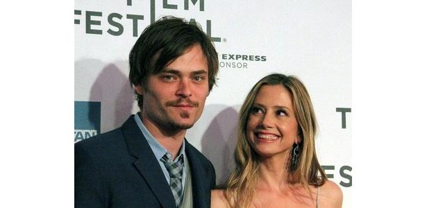 『Angel Crest』に出演したミラ・ソルヴィーノ(右)と、その夫クリストファー・バッカス(左)。ふたりは夫婦で、ミラが14歳姉さん女房