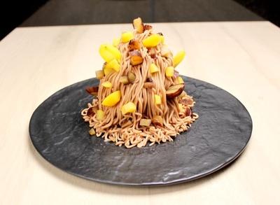 看板メニューの「2種栗と焼き芋のモンブラン」(1580円)