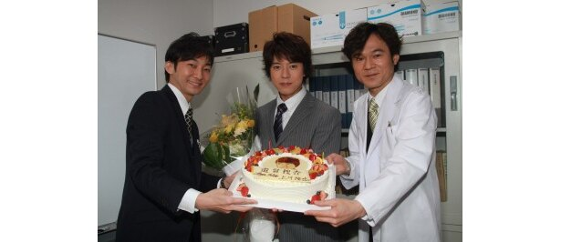 バースデーケーキを前に笑顔を見せる波岡一喜、上川隆也、甲本雅裕(写真左から)