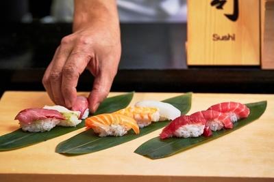 職人が目の前で握る寿司も楽しめる