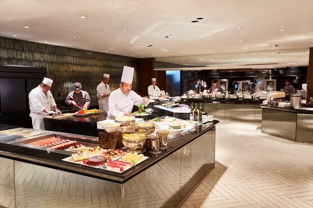 熟練のシェフたちが目の前で調理する、ライブ感も魅力