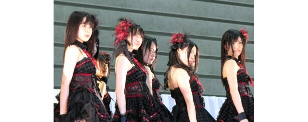 松井玲奈ら紅組は大人っぽい衣装で「誰かのせいにはしない」で会場を魅了した