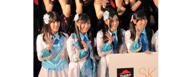 ファンとの握手会に笑顔の平田璃香子、須田亜香里、古川愛李、大矢真那(写真左から)