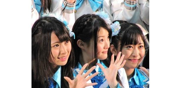 ファンの声援に笑顔で手を振る高柳明音、木本花音、向田茉夏(写真左から)