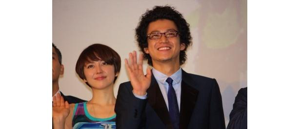 『岳 ガク』の初日舞台挨拶に登壇した小栗旬と長澤まさみ