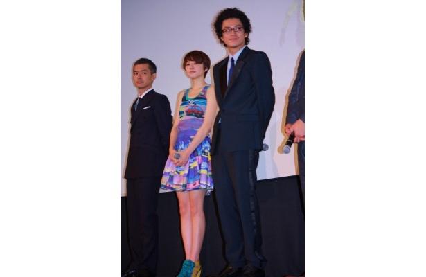 【写真をもっと見る】キュート!長澤まさみはカラフルなミニワンピースとミュールで登壇