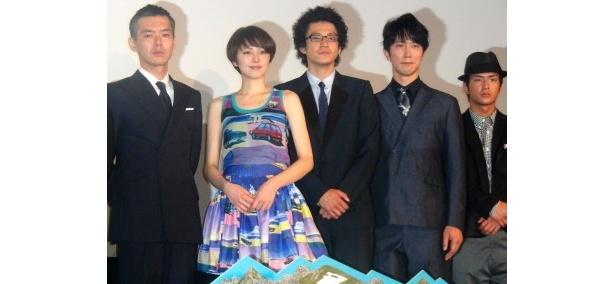 映画「岳」の初日舞台あいさつに出席した渡部篤郎、長澤まさみ、小栗旬、佐々木蔵之介、石田卓也(写真左から)