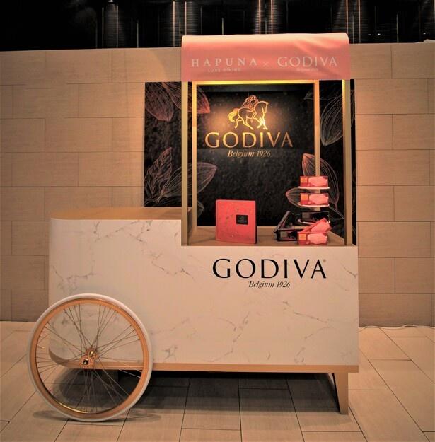 【写真】ピンクゴールドのカラーリングがキュート!フォトスポット「ゴディバワゴン」が登場