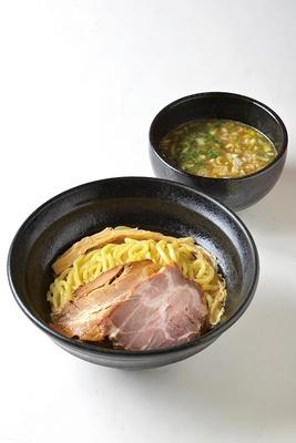 豚骨に煮干しや節を加え、完成後に1日寝かせて味を落ち着かせる「濃厚つけそば」