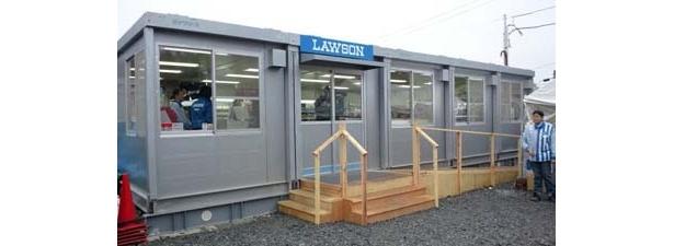 被災地の人々に商品を届けるために、ローソンは仮設店舗での営業を行っている。