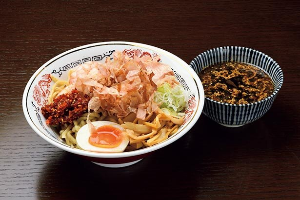 【写真】食べ応えある乱切り太麺を「ぶっかけ」でワシワシ食す