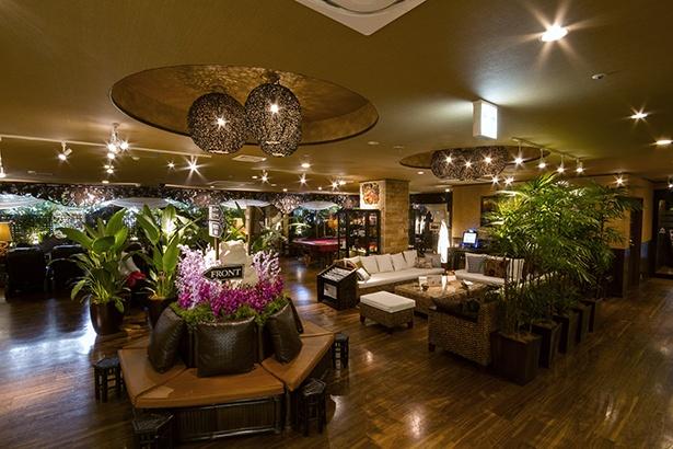 海外リゾートのようにオープンな印象のフロントスペース