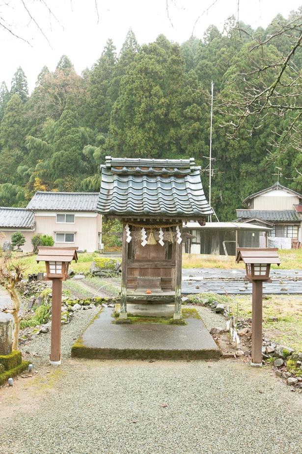 祠(ほこら)の中には、えぼしをかぶった高さ13cmほどの光秀の坐像が祀られている / 明智神社