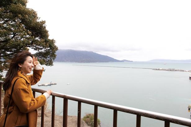 金崎宮から急な階段を上ること約10分、月見御殿と呼ばれる金ヶ崎城の本丸跡に到着。敦賀湾を見渡す絶景が広がる / 金ヶ崎城跡